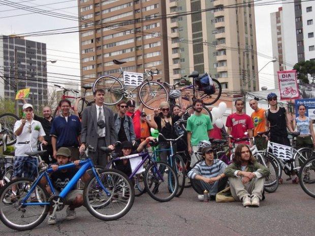 Bicicletada Curitiba - Dia Sem Carro - 22 de Setembro de 2007 - Pintura da Primeira Ciclofaixa de Curitiba